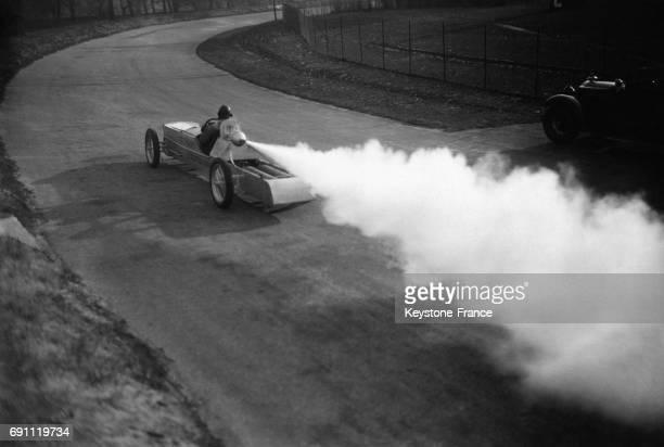 Max Valier inventeur du moteurfusée testant sa voiturefusée carbonique sur le circuit AVUS à Berlin Allemagne