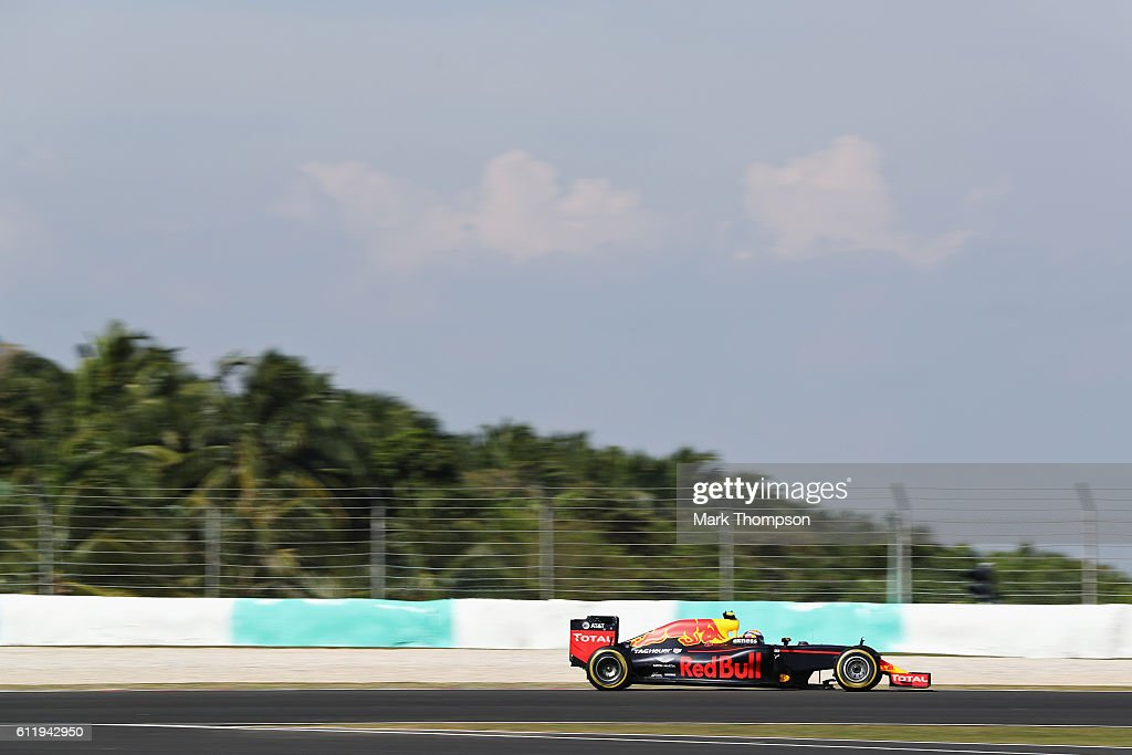 Max Verstappen of the Netherlands driving the (33) Red Bull Racing Red Bull-TAG Heuer RB12 TAG Heuer on track during the Malaysia Formula One Grand Prix at Sepang Circuit on October 2, 2016 in Kuala Lumpur, Malaysia.