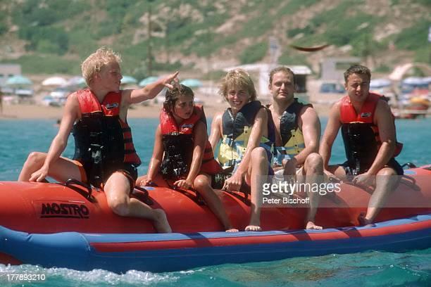 Maxi Arland Bruder Hansi Schwester Victoria BadeGäste Urlaub auf Insel Rhodos OstÄgäis Griechenland Europa Mittelmeer Wassersport Bananenboot Boot...