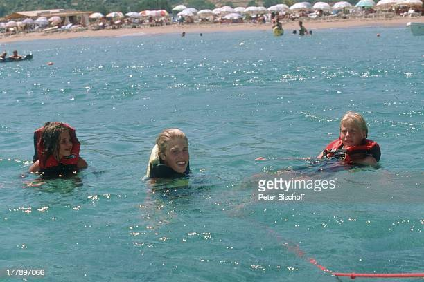 Maxi Arland Schwester Victoria Bruder Hansi Urlaub auf Insel Rhodos OstÄgäis Griechenland Europa Mittelmeer Meer baden schwimmen SchwimmWeste...