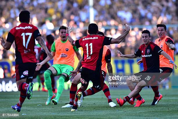 Maxi Rodriguez of Newell´s Old Boys celebrates after scoring the winning goal during a match between Rosario Central and Newell's Old Boys as part of...