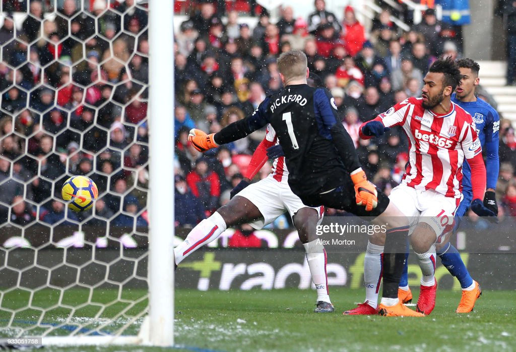 Maxim Choupo-Moting of Stoke City scores his side's first goal during the Premier League match between Stoke City and Everton at Bet365 Stadium on March 17, 2018 in Stoke on Trent, England.
