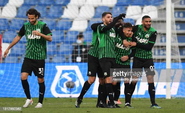 Maxime Lopez of Sassuolo celebrates with teammates after scoring their team's third goal during the Serie A match between US Sassuolo and ACF...