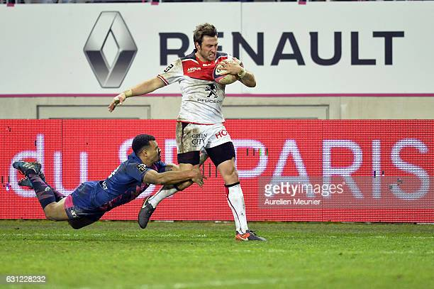 Maxime Medard of Stade Toulousain is tackled by Will Genia of Stade Francais during the Top 14 match between Stade Francais and Stade Toulousain at...