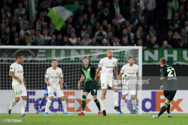 Maximilian Arnold of VfL Wolfsburg scores the first goal during the UEFA Europa League group I match between VfL Wolfsburg and FC Oleksandriya at...