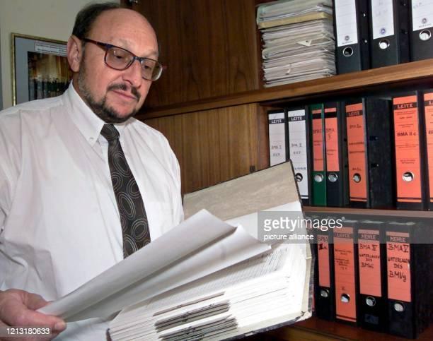Maximilian Hofmeister Vorsitzender Richter am Landgericht Augsburg blättert am 2072000 in seinem Arbeitszimmer in einem Aktenordner Seine Strafkammer...
