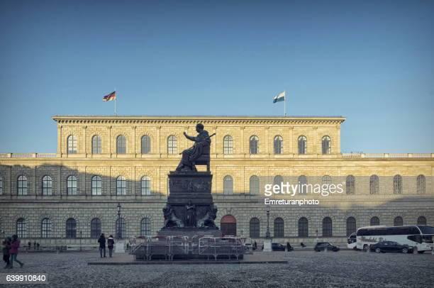 maximilian joseph square in munich on a sunny winter day. - emreturanphoto stock-fotos und bilder
