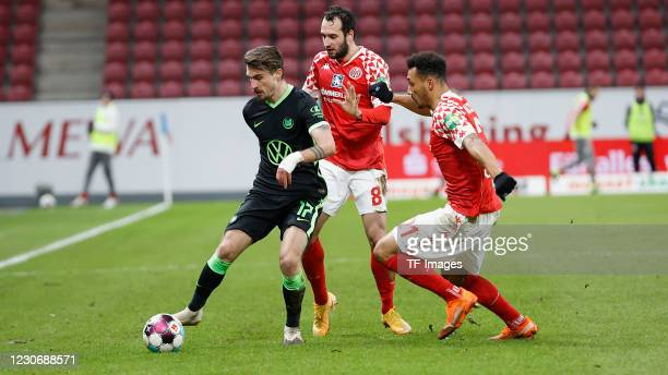 Maximilian Philipp of VfL Wolfsburg, Levin Oeztunali of 1. FSV Mainz 05 and Karim Onisiwo of 1. FSV Mainz 05 during the Bundesliga match between 1....