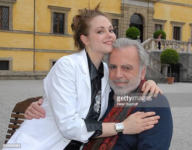 """Maximilian Schell, Tochter Nastassja Schell, ARD/ORF-Film """"Die Rosenkönigin"""", """"Schloss Hellbrunn"""" , Salzburg, Österreich, Europa, auf dem Schoß..."""