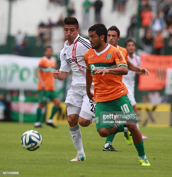 Maximiliano Oliva of Estudiantes strggles for the ball with Walter Erviti of Banfield during a match between Banfield and Estudiantes as part of...