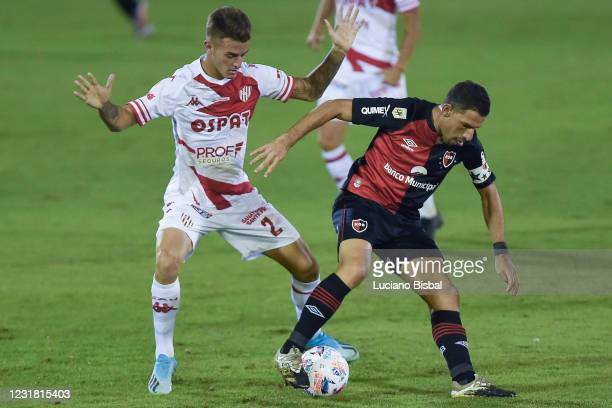 Maximiliano Rodríguez of Newell's Old Boys controls the ball during a match between Newell's Old Boys and Unión as part of Copa de la Liga...