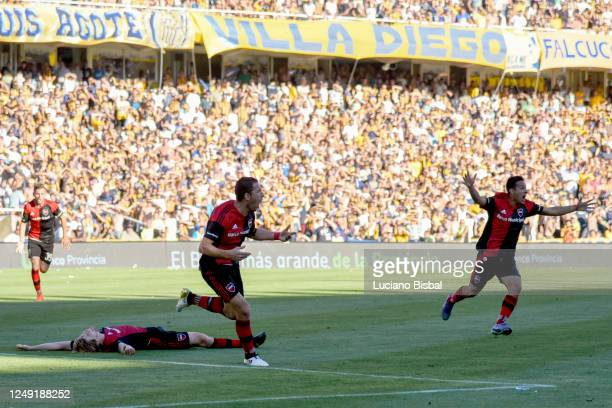 Maximiliano Rodriguez of Newell's Old Boys celebrates after scoring his team's first goal during a match between Rosario Central and Newell's Old...