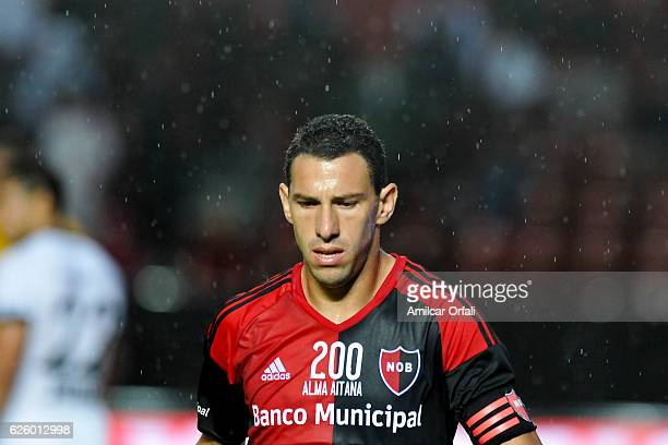Maximiliano Rodriguez of Newell´s Old Boys looks on during a match between Colon and Newell's Old Boys as part of Torneo Primera Division 2016/17 at...