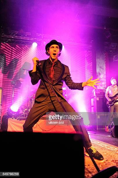Maxïmo Park Sänger Paul Smith die britische IndieRockband bei einem Konzert in Hamburg Grosse Freiheit 36
