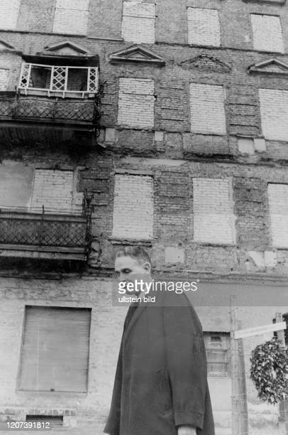 Maxwell Davenport Taylor General Diplomat USA* in Bernauer Strasse at Berlin Wall laid down a wreath for Ida Siekmann Published in BZ