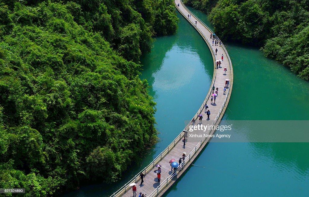 Wandplank 1 Meter.En May 1 2016 Tourists Walk On A 500 Meter Long Plank Road Built