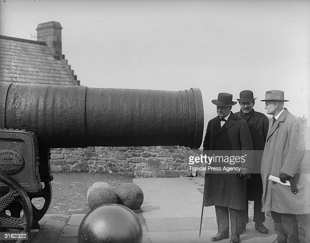 Secretary to US navy Josephus Daniels inspecting a cannon on the ramparts of Edinburgh Castle. The cannon is a 15th century gun named Mons Meg which...