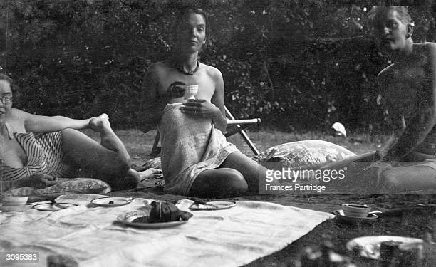 Catherine Carrington and friends enjoying a picnic at Ham Spray Wiltshire home of Frances and Ralph Partridge