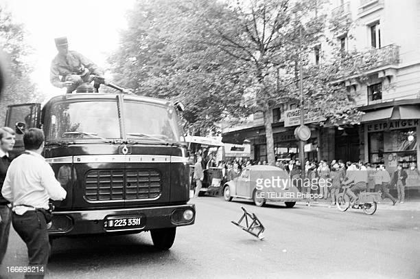 May 1968 A Paris en France en mai 68 les forces de l'ordre utilisent des canons à eau pour disperser les manifestants pendant les évènements