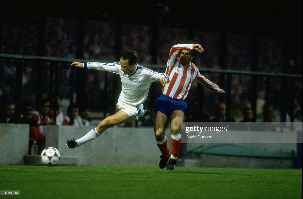 Belanov of Dynamo Kiev is tackled by Prieto of Atletico Madrid : News Photo