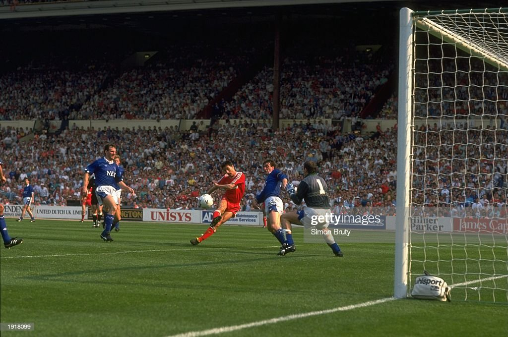 Ian Rush of Liverpool and Neville Southall of Everton : News Photo