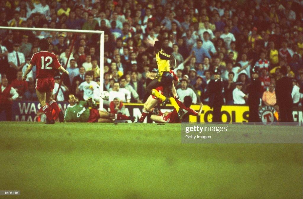 Michael Thomas of Arsenal and Bruce Grobbelaar of Liverpool : News Photo