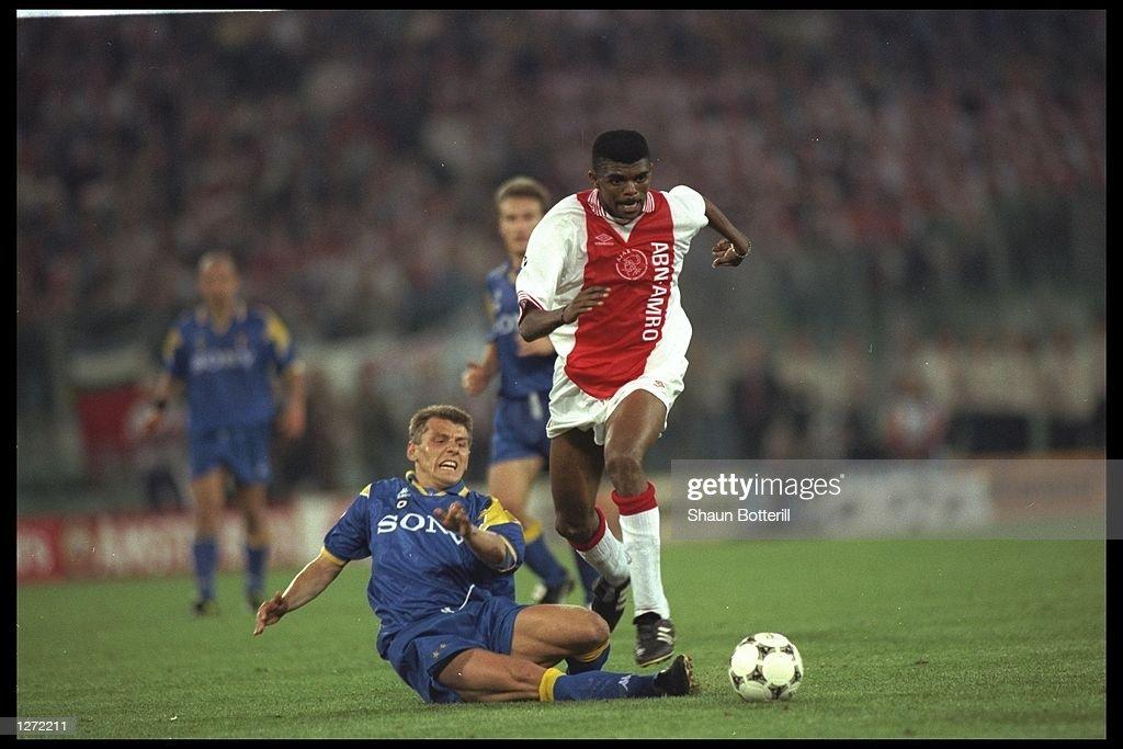 Nwankwo Kanu of Ajax is challenged by Dider Deschkrips of Juventus : Foto jornalística