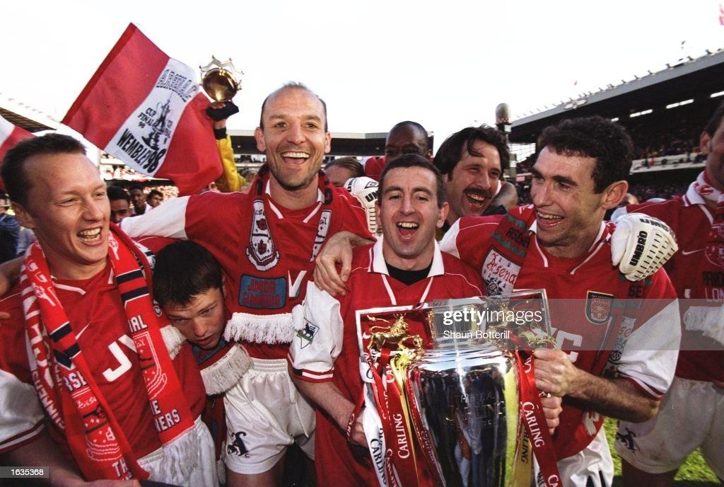 Arsenal players celebrate : News Photo