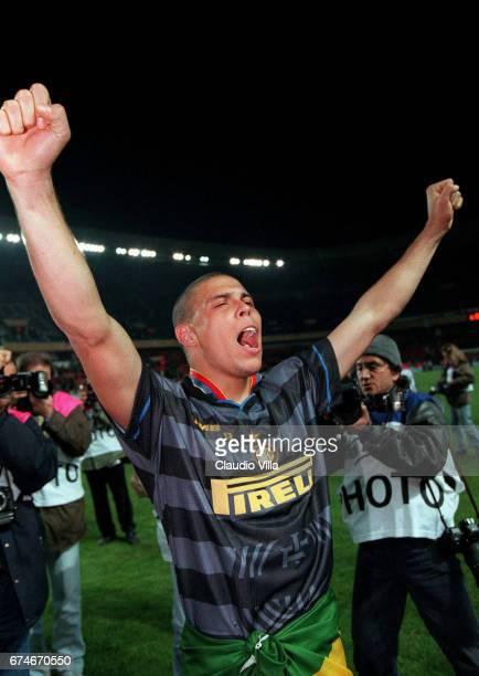 Inter Milan's Brazilian forward Ronaldo celebrates after his team beat Lazio Rome, 3-0, 06 May at the Parc des Princes Stadium in Paris during the...