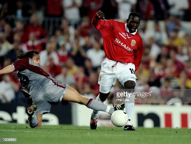 Dwight Yorke of Manchester United is challenged by Jens Jeremies of Bayern Munich during the UEFA Champions League Final at the Nou Camp in Barcelona...