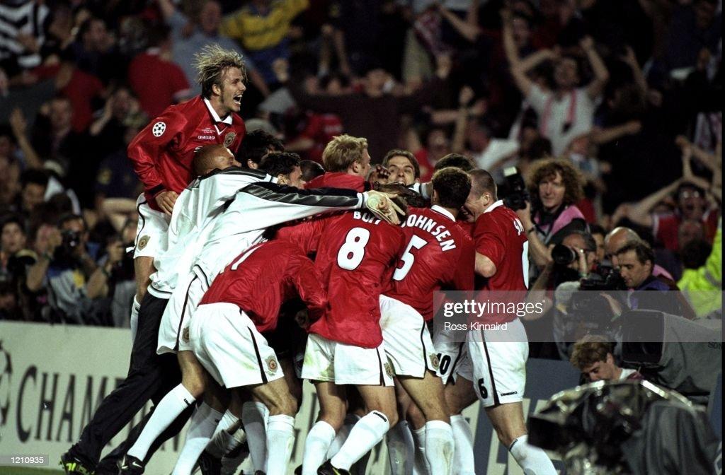 Manchester United players celebrate Ole Gunnar Solskjaer's goal : Photo d'actualité