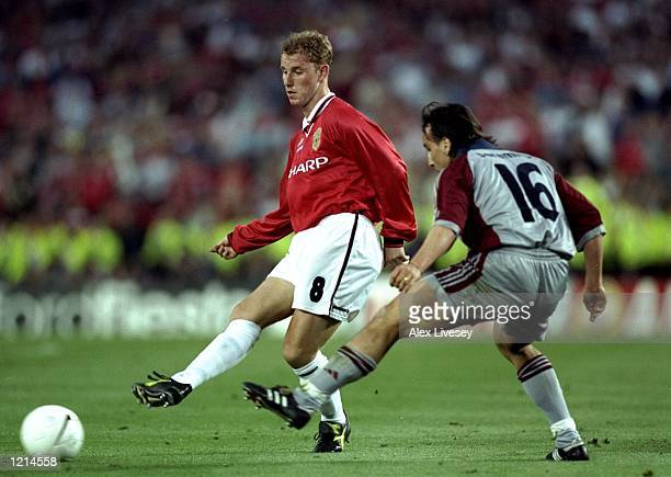 Nicky Butt of Manchester United is closed down by Jens Jeremies of Bayern Munich during the UEFA Champions League Final at the Nou Camp in Barcelona...