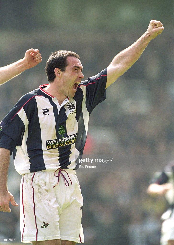 Bob Taylor of West Bromwich Albion celebrates : News Photo