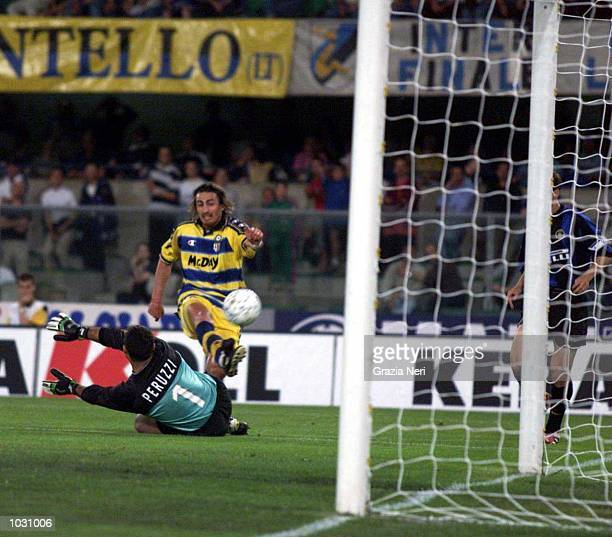 Dino Baggio of Parma hits the post during the Serie A fourth place playoff match to determine who takes the final Champions League place next season...
