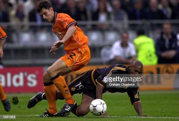 Nicolas Anelka of Real Madrid clashes with Mauricio Pellegrino of Valencia during the match between Real Madrid and Valencia in the UEFA Champions...