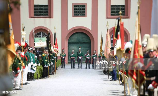 Guardsmen standing in the Schlosspark Photo Thomas Warnack/dpa