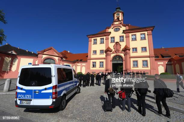 Journalists and funeral guests arrive at the palace Photo KarlJosef Hildenbrand/dpa