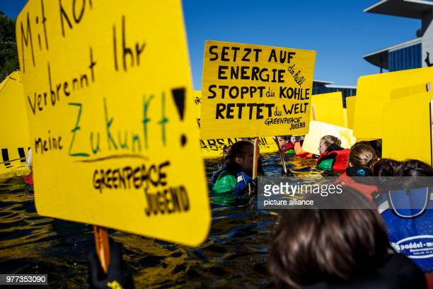 May 2018, Germany, Berlin:Greenpeace activists swimming in the river Spree by the Reichstag building to campaign for more climate protection. Photo:...