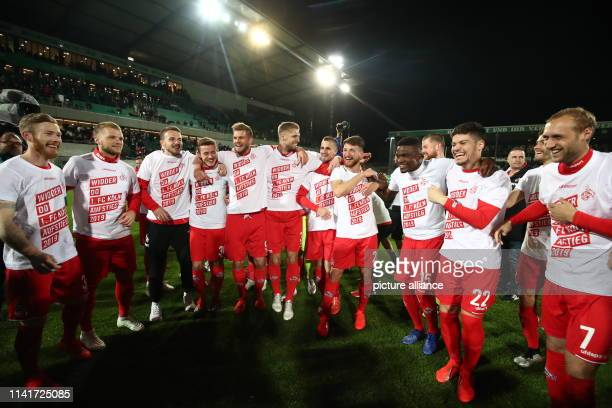 Soccer 2nd Bundesliga SpVgg Greuther Fürth 1st FC Cologne 32nd matchday at the Sportpark Ronhof Thomas Sommer Cologne's players celebrate their...
