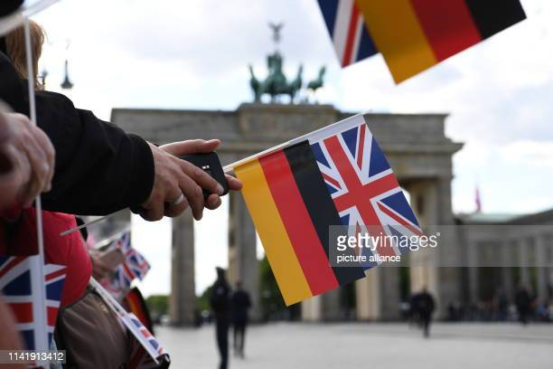 Spectators wait with German and British flags for the arrival of the British heir to the throne at the Brandenburg Gate. Photo: Ralf...