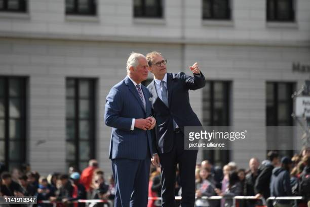 The British Prince Charles goes to the Brandenburg Gate with Michael Müller , Governing Mayor of Berlin. Photo: Ralf Hirschberger/dpa-Zentralbild/dpa