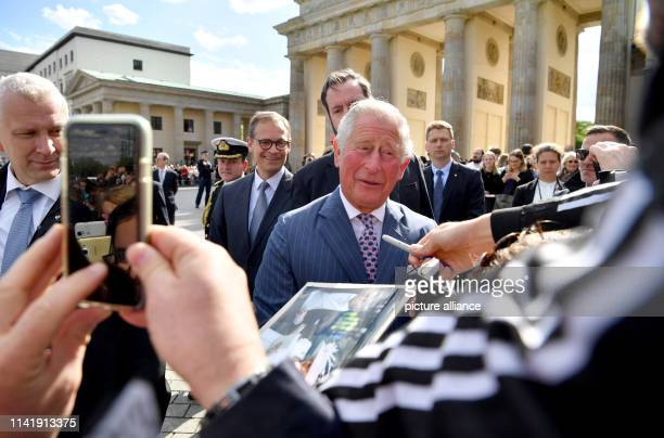 The British Prince Charles speaks to spectators next to Michael Müller , Governing Mayor of Berlin, in front of the Brandenburg Gate. Photo: Bernd...