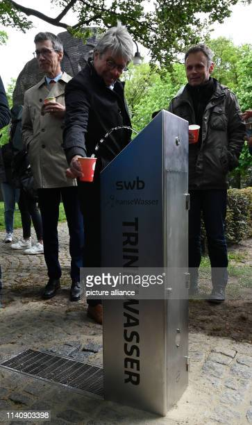 After the opening of the drinking water tap, Jörg Broll-Bickhardt, Managing Director of hanseWasser Bremen, fills a cup with water. A total of five...