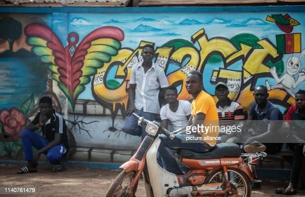 May 2019, Burkina Faso, Ouagadougou: Young men observe the passing of Chancellor Merkel's column. Merkel is on a three-day journey through West...