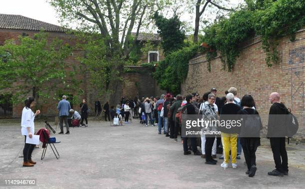 """May 2019, Italy, Venedig: A crowd stands in front of the Lithuanian Pavilion, where the performance """"Sun & Sea """" by the artists Rugile Barzdziukaite,..."""