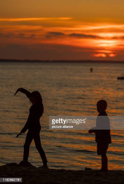 May 2019, Mecklenburg-Western Pomerania, Boek: Children play at sunset on the banks of the Müritz. Founded in 1990, the Müritz National Park is...