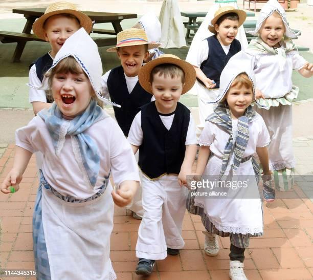 """May 2019, Saxony-Anhalt, Oranienbaum: Children of the children's institution """"Kinderland"""" in Oranienbaum rehearse in Dutch costume for a parade which..."""