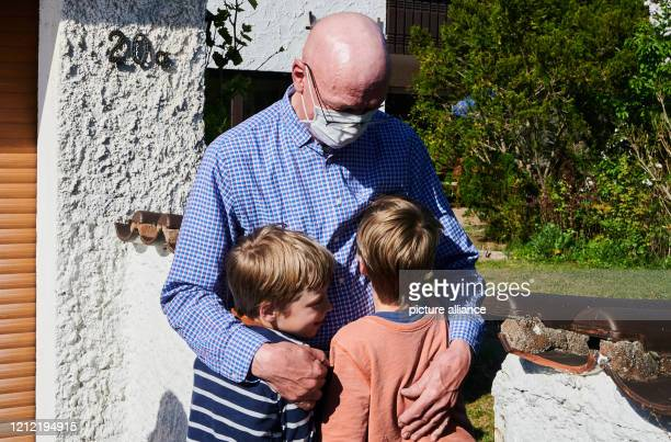 May 2020, Bavaria, Roth: A grandpa in Bavaria hugs his Berlin grandchildren with a protective mask. Since May 6th, new reliefs have been in effect in...