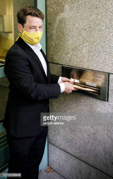Sebastian Schneider, attorney of record, throws a statement of claim into the mailbox of the Berlin Administrative Court. A lawsuit is thus filed...