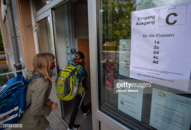 Primary school pupils enter the school building in the morning at the entrance intended for their classes From primary schools in Saxony will be open...